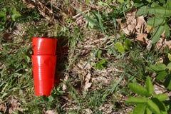 Rifiuti di plastica nella foresta fotografie stock libere da diritti