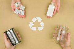 Rifiuti la riutilizzazione per riciclare il comcept isolato su fondo marrone fotografie stock libere da diritti