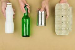Rifiuti la riutilizzazione per riciclare il comcept isolato su fondo marrone fotografie stock
