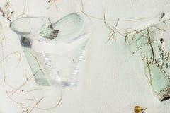 Rifiuti lavati su sulla spiaggia di sabbia bianca Fotografia Stock