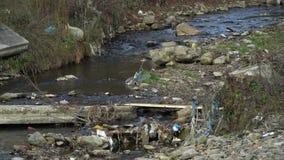 Rifiuti sul fiume Immondizia in un fiume della montagna Inquinamento ambientale Inquinamento della natura Catastrofe ecologica video d archivio