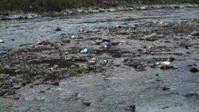 Rifiuti sul fiume Immondizia in un fiume della montagna Inquinamento ambientale Inquinamento della natura Catastrofe ecologica archivi video
