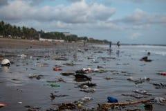 Rifiuti sulla spiaggia, molto garbide di plastica sulla spiaggia di Oceano Indiano fotografia stock