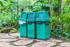 Rifiuti verdi tre lungo il giardino Fotografia Stock Libera da Diritti