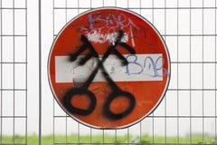 Rifiuto proibito di allarme del segno di accesso Sopra un'inferriata immagine stock libera da diritti