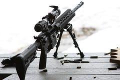 Rifle AR-15 con el bipod y el alcance Imagen de archivo libre de regalías