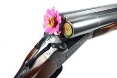 Rifle com uma flor no tambor Imagem de Stock Royalty Free