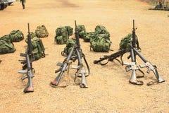 Rifle con una fila de mochilas. Imagen de archivo