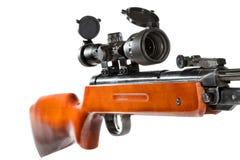 Rifle de aire con una vista telescópica y un extremo de madera Imagenes de archivo