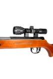 Rifle de aire con una vista telescópica y un extremo de madera Imagen de archivo