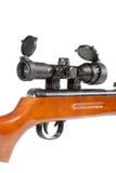 Rifle de ar com uma vista telescópica e uma extremidade de madeira Fotos de Stock Royalty Free