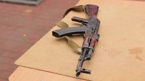 Rifle de asalto en la tabla almacen de video