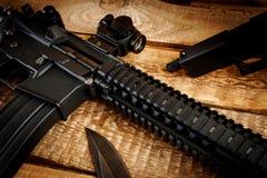 Rifle de asalto en una tabla de madera fotos de archivo libres de regalías