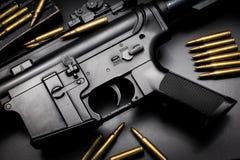 Rifle de asalto M4A1 en fondo negro fotografía de archivo libre de regalías