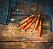 Rifle de atirador furtivo com uma loja e os cinco cartuchos Fotos de Stock Royalty Free