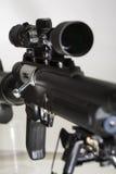 Rifle de francotirador militar en un fondo blanco, en foco Imágenes de archivo libres de regalías