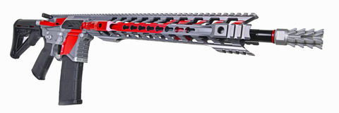 Rifle negro, rojo y de plata AR15 aislado en el fondo blanco Imagenes de archivo
