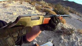 Rifle ocidental velho americano da ação da alavanca que ateia fogo a 3 vídeos de arquivo