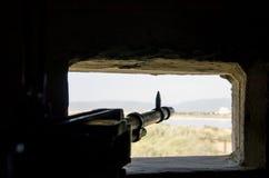 Rifle pronto para disparar no embrasure no fundo feito do la Fotos de Stock Royalty Free
