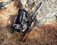 Rifle y mochila Imagen de archivo libre de regalías