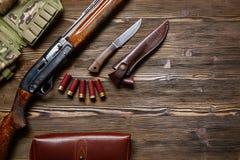 Rifle y munición de la caza en un fondo de madera Imágenes de archivo libres de regalías