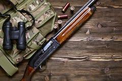 Rifle y munición de la caza en un fondo de madera Fotos de archivo