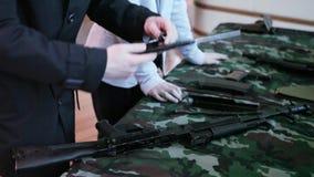 Rifles de asalto de junta y que desmontan del Kalashnikov metrajes