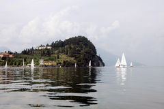 Riflessi do barche e do engodo de Punta Serbelloni Fotografia de Stock
