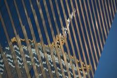 Riflessione ad angolo della plaza centrale in grattacielo Fotografie Stock