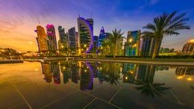 Riflessione ad ovest della baia di Doha video d archivio