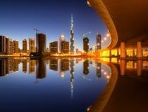 Riflessione affascinante dei grattacieli più alti nel distretto della baia di affari durante il tramonto Il Dubai, Emirati Arabi  Immagini Stock