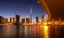 Riflessione affascinante dei grattacieli più alti nel distretto della baia di affari durante il tramonto Il Dubai, Emirati Arabi  Fotografia Stock
