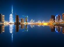 Riflessione affascinante dei grattacieli più alti nel distretto della baia di affari durante la notte calma Il Dubai, Emirati Ara Immagine Stock