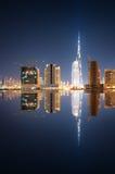Riflessione affascinante dei grattacieli più alti nel distretto della baia di affari durante la notte calma Il Dubai, Emirati Ara Fotografia Stock Libera da Diritti