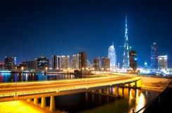 Riflessione affascinante dei grattacieli più alti nel distretto della baia di affari durante la notte Il Dubai, Emirati Arabi Uni Fotografia Stock