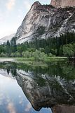 Riflessione al EL Capitan al parco nazionale di Yosemite fotografie stock libere da diritti