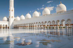 Riflessione bianca della moschea Fotografia Stock