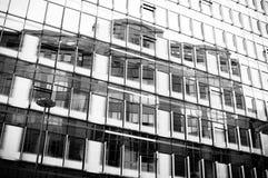 Riflessione in bianco e nero, estratto di architettura Immagine Stock