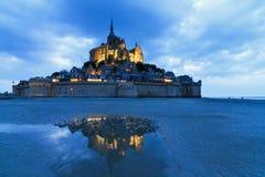 Riflessione blu del Le Mont Saint-Michel Fotografia Stock Libera da Diritti