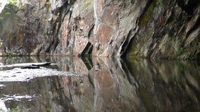 Riflessione Colourful della roccia sull'acqua archivi video