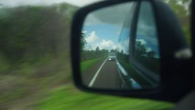 Riflessione da uno specchio del lato del ` s dell'automobile archivi video