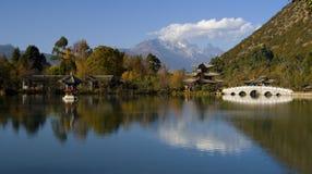 Riflessione degli alberi di autunno su acqua Fotografia Stock Libera da Diritti