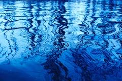 Riflessione degli alberi su acqua Immagini Stock