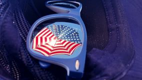Riflessione degli occhiali da sole dell'ombrello di spiaggia della bandiera americana archivi video