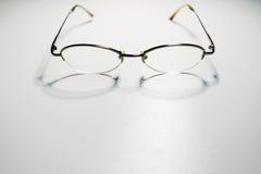 Riflessione degli occhiali su fondo bianco immagini stock libere da diritti