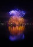 Riflessione dei fuochi d'artificio del ` s EVE del nuovo anno grande Fotografie Stock