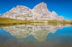 Riflessione dei laghi tre Cime in montagne delle dolomia in Italia Fotografia Stock Libera da Diritti
