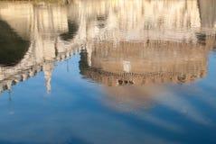 Riflessione dei monumenti nel fiume del tevere Immagine Stock Libera da Diritti