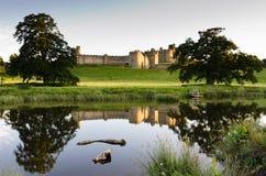 Riflessione del castello di Alnwick Immagine Stock Libera da Diritti