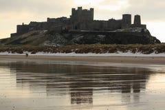 Riflessione del castello di Bamburgh fotografie stock libere da diritti